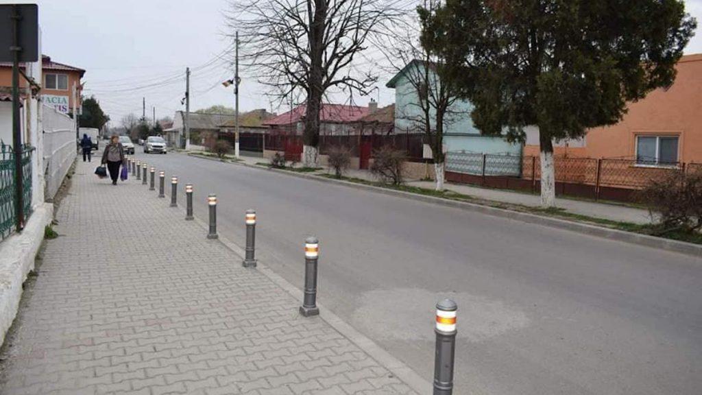 Stâlpi hexagonali pentru delimitarea trotuarelor din Cumpăna. FOTO Poliția Locală Cumpăna